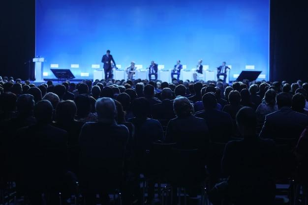 Foto sfocata astratta della sala conferenze o sala seminari con sfondo del partecipante