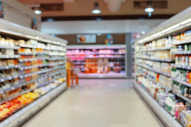 Scaffali del supermercato sfocati astratti con prodotti per lo sfondo