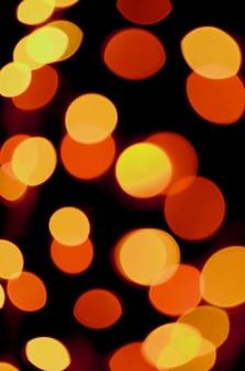 Abstract sfocato vibrante colore giallo e arancione illuminato luce su sfondo scuro