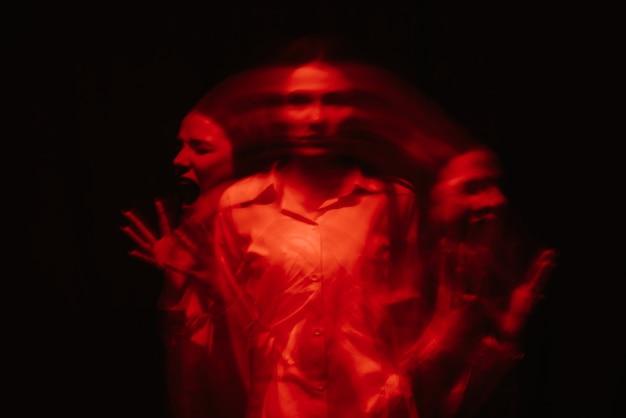Ritratto femminile sfocato astratto di uno psicotico con disturbi bipolari e schizofrenici