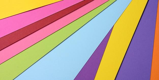 Sfondo luminoso astratto da carta multicolore, sfondo per designer, spazio copia