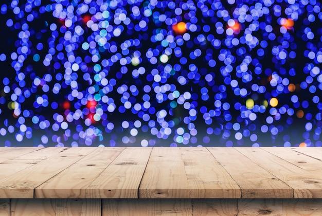Il fondo astratto boken la notte di notte e la tavola di legno vuota visualizzano il montaggio