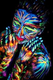 Abstract close up ritratto uv con neon pittura