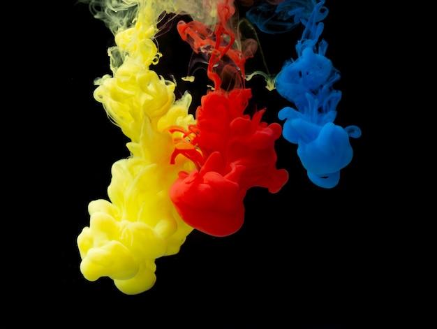 Miscela di colori astratta, goccia di vernice della miscela di colori dell'inchiostro che cade sull'acqua inchiostro colorato in acqua, gocce di colore in acqua, isolato