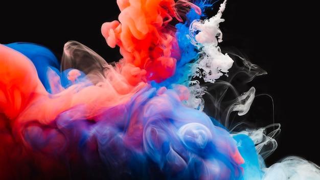 Miscela di colori astratta, goccia di vernice mix di colori inchiostro che cade sull'acqua inchiostro colorato in acqua, gocce di colore in acqua