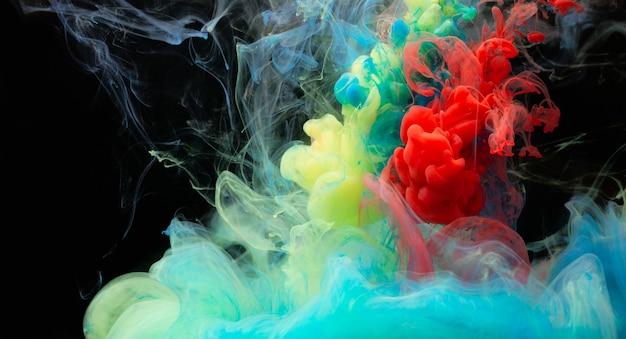 Miscela di colori astratta, goccia di vernice della miscela di colore dell'inchiostro che cade sull'acqua inchiostro colorato in acqua, gocce di colore in acqua
