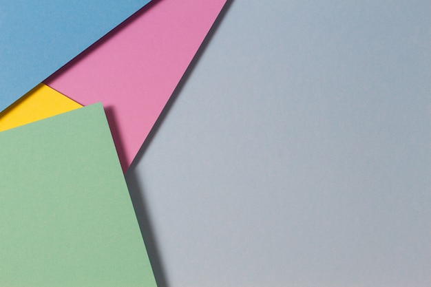 Carte a colori astratte geometria piana composizione laica sfondo con tonalità di colore giallo viola rosa verde blu