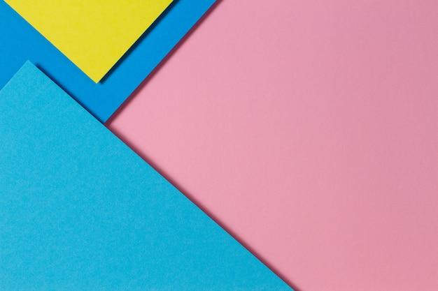 Carta di colore astratto geometria piatta composizione laici sfondo con toni di colore blu, giallo e rosa