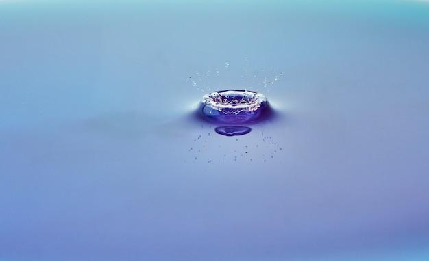 Spruzzi d'acqua di colore astratto, collisione di gocce colorate e creazione di una corona