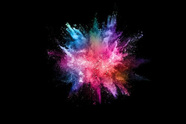 Esplosione di polvere colorata astratta sul nero.