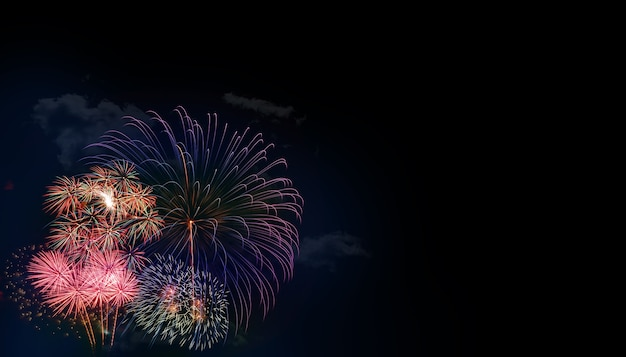 Fondo colorato astratto del fuoco d'artificio con spazio libero per testo