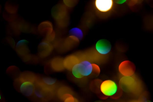 Gocce d'ardore colorate astratte e scintillii che creano un effetto di fuochi d'artificio