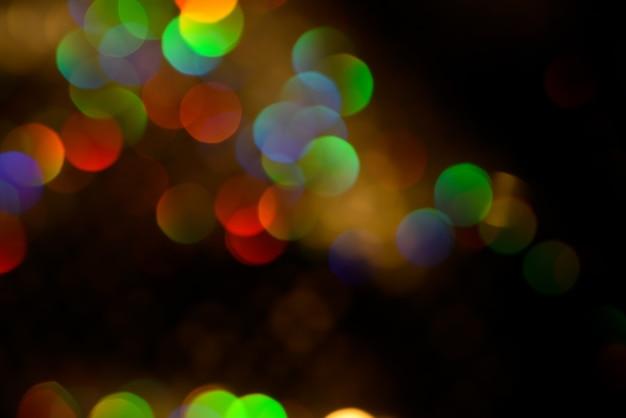 Arcobaleno incandescente colorato astratto gocce e scintillii su sfondo nero