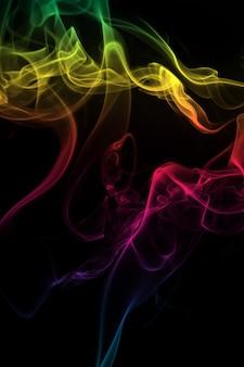 Fumo colorato astratto su sfondo nero, progettazione di fuoco