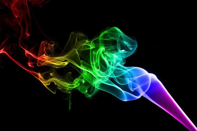 Fumo colorato astratto su sfondo nero. girato in studio
