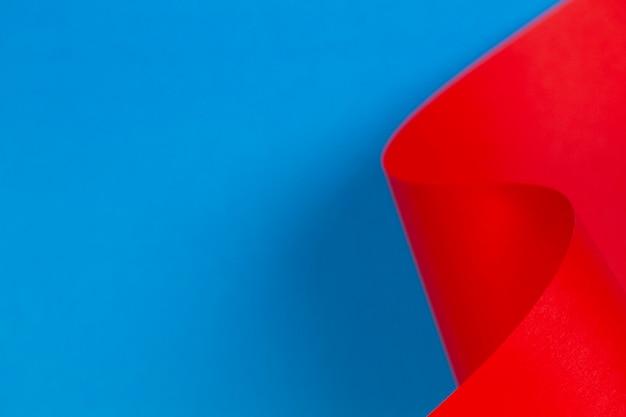 Parete colorata astratta con carta di colore blu rosso in forme geometriche. messa a fuoco selettiva