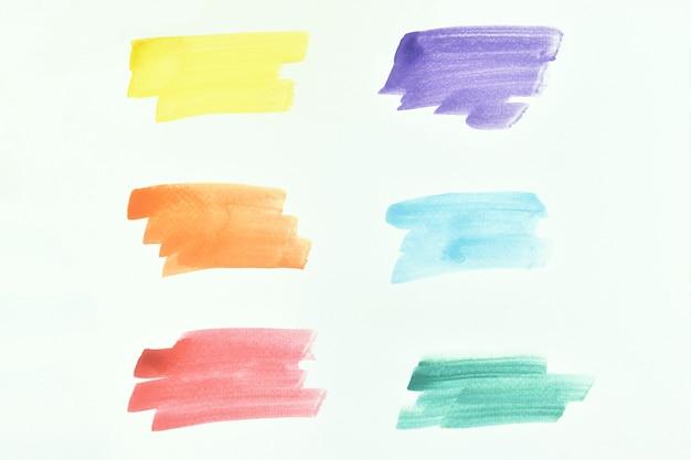 Insieme di tratti dipinti a mano dell'acquerello colorato astratto