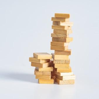 Concetto astratto di pila di giocattoli di cubi di legno a torre.