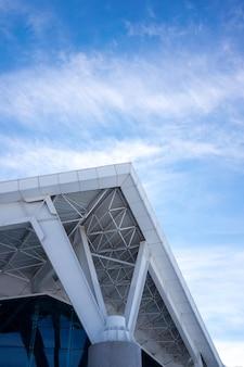 Dettaglio astratto di architettura d'angolo e cielo blu.