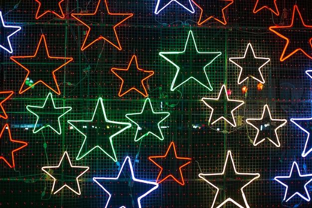 Sfondo digitale astratto con stelle al neon rotanti. spettro di luce viola blu ultravioletta moderna