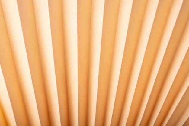 Fondo di carta goffrato astratto, struttura beige di origami.