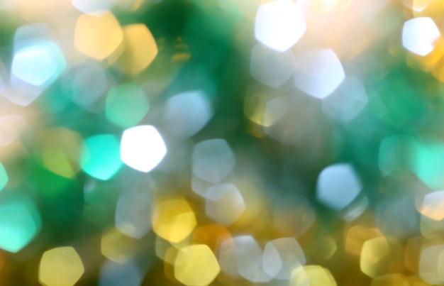 Fondo festivo astratto di bokeh sfocato luminoso e luci di natale colorate