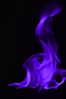 Fiamme astratte del fuoco isolate su fondo nero
