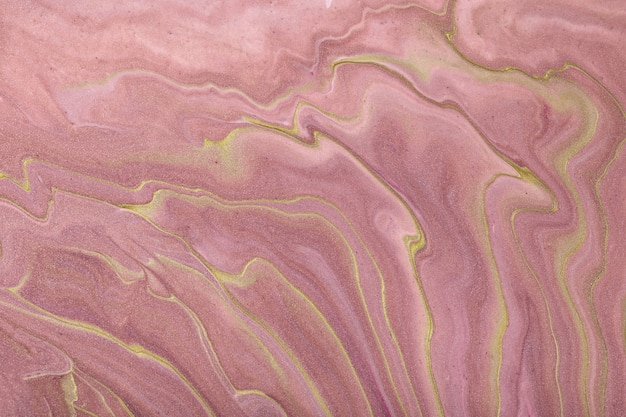 Astratto arte fluida sfondo rosa scuro e colori dorati. marmo liquido. pittura acrilica con sfumatura lilla e schizzi.
