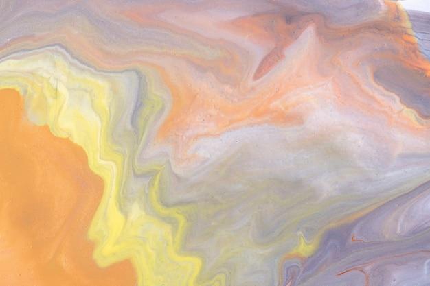 Colori arancioni e grigi chiari del fondo di arte fluida astratta. marmo liquido. dipinto acrilico con sfumatura gialla e schizzi. sfondo acquerello con motivo ondulato. sezione in pietra marmorizzata.