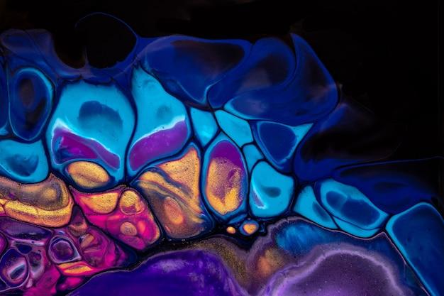 Arte fluida astratta sui colori viola e blu del fondo nero. pittura acrilica liquida su tela con sfumatura. sfondo acquerello con motivo a fiamme.