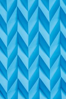 Modello futuristico geometrico di origami blu di carta piegato estratto