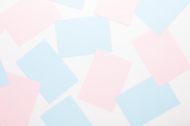 Sfondo geometrico astratto in toni pastello chiari da fogli di carta spessa e pallida.