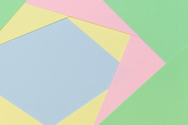 Fondo geometrico astratto di carta nei toni di colore pastello chiari