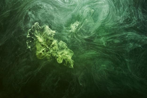 Fondo astratto di colore verde. fumo di narghilè vibrante e vibrante, oceano subacqueo color smeraldo, pittura dinamica nell'acqua