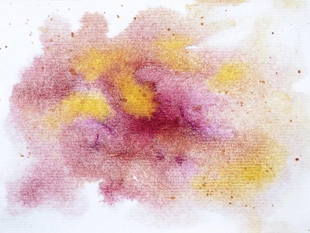La mano astratta dipinge i colpi dell'acquerello che dipingono il fondo bagnato variopinto su carta