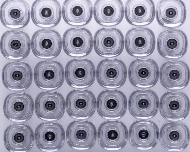 Immagine astratta della parte del prodotto medico in plastica e acciaio, realizzata con macchine per lo stampaggio a iniezione