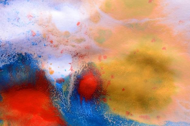 Macchie di inchiostro astratte di diversi colori su carta bianca bagnata