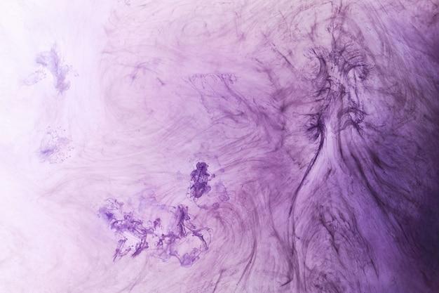 Fondo astratto di colore lilla. fumo di narghilè vibrante vorticoso, oceano di lavanda sott'acqua, pittura dinamica in acqua