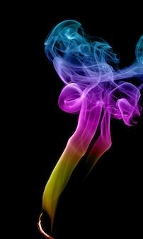 Fumo multicolore astratto su uno sfondo scuro