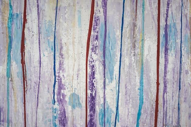 Sfondo di vernice astratta linee colorate e spruzzi di vernice acrilica su una superficie di parete bianca alta q...
