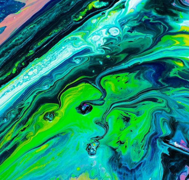 Sfondo dipinto astratto realizzato in acrilico liquido con tecnica fluid art con colori vivaci e colorati.