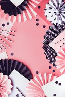 Disposizione di carta astratta con ventagli di cerchio e coriandoli su sfondo rosa. lay piatto, copia-spazio.
