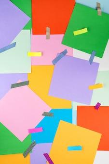 La carta astratta è sfondo colorato con adesivi colorati e scotch