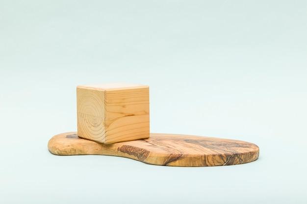 Astratto sfondo pastello con forma geometrica in legno e podio.