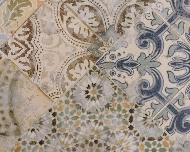 Modello astratto con piastrelle di ceramica decorative foglie ornamentali