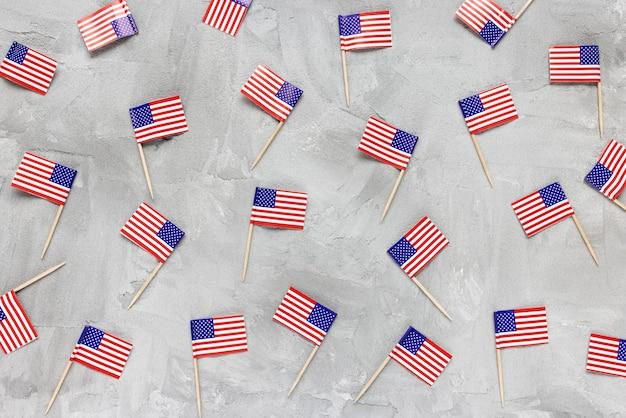 Configurazione astratta con bandiere usa su sfondo grigio. proteste, blocco, quarantena e manifestazioni nel concetto di stati uniti d'america