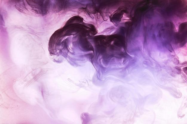 Nuvola viola rosa astratta di fumo, vernice nella priorità bassa dell'acqua. carta da parati fluida, colori vivaci e luminosi liquidi. profumo afrodisiaco di concetto