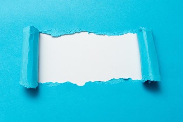 Carta a strappo semplice astratta che mostra un foglio piatto conspectus di sfondo che presenta un altro sfondo il rilievo del contorno che mostra la storia reale nota rotta rivelata dietro
