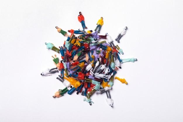 Persone di plastica astratte a forma di pianeta, concetto di attacco del virus covid-19 del mondo.