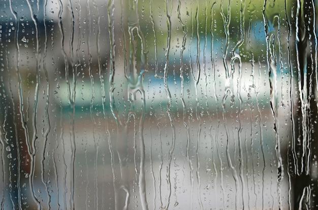 Goccia di pioggia astratta sul vetro.